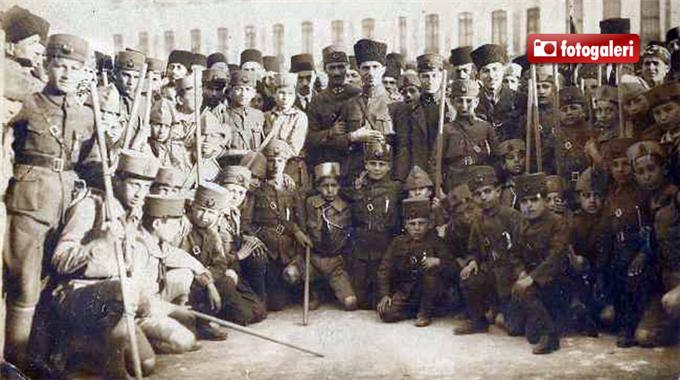 23 Nisan sebebiyle Kurtuluş savaşı çocukları askerleri kahramanları.jpg