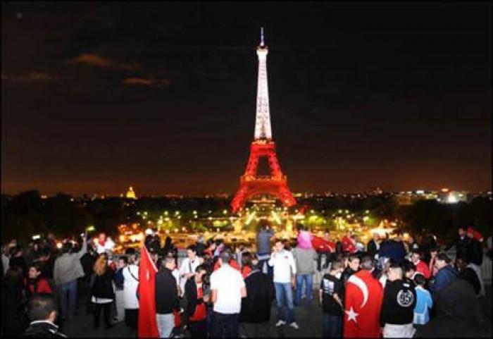 Avrupa futbol şampiyonası 2016 France Fransa Eiffel Tower Eyfel Kulesi Türk Bayrağı Turkish  6.jpeg