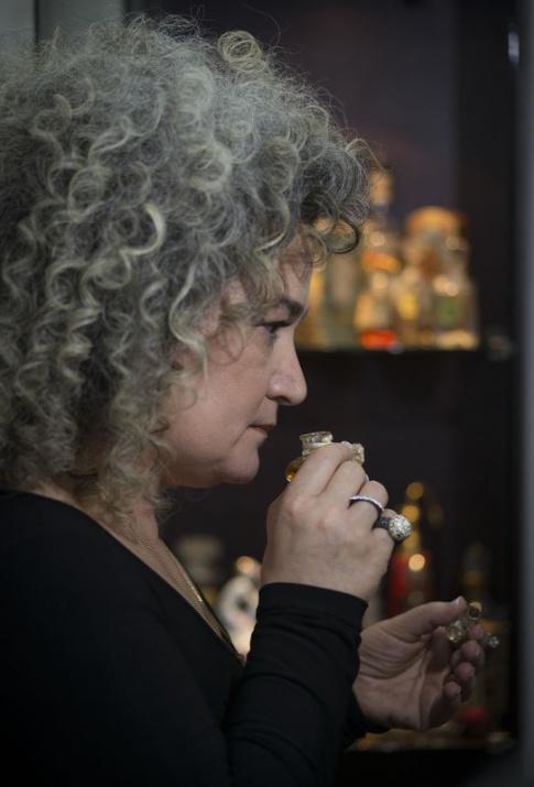 Aybala Yentürk Tarihi Vintage parfüm koklarken şişeden TC ilk dönemi ve Osmanlı parfüm ...jpg
