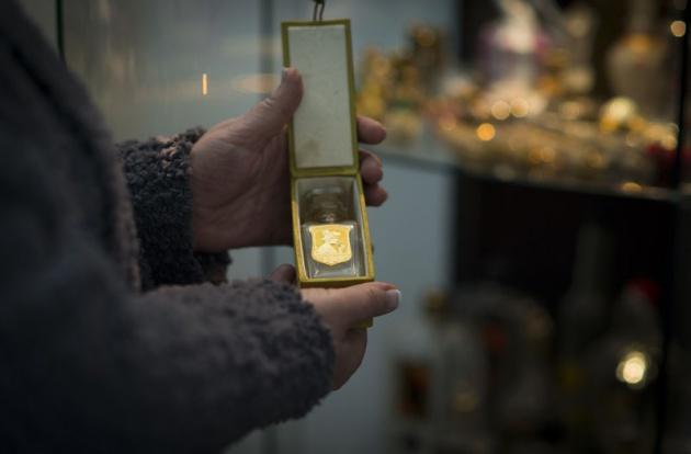 Harika bir altın altın kenarlı parfüm kutusu tokalı tahta olabilir ve içinde Osmanlı ve...jpg