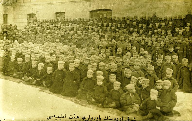 Karabekir_with_orphans_in_Sarikamish Sarı kamışta türk askerine yardım yapan çocuklar.jpg