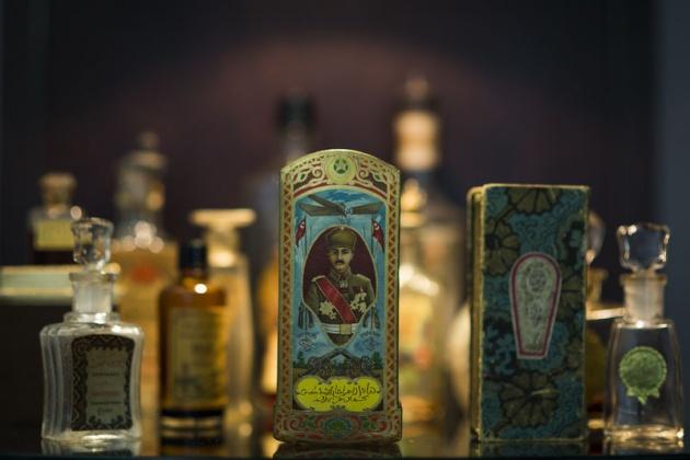 Osmanlı dönemi Türk Osmanlı subayı resimli parfüm kutusu ve parfüm koku şişeler kolek...jpg